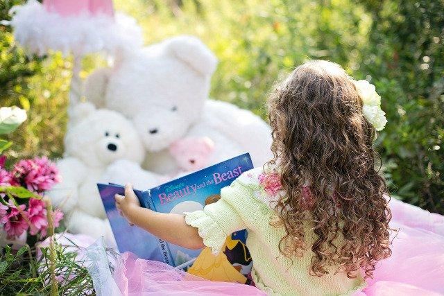 Fot. Pixabay / [url=https://pixabay.com/pl/dziewczynka-czytanie-ogr%C3%B3d-dziecko-912380/]jill111[/url] / [url=https://pixabay.com/service/terms/#usage]CC0 Public Domain[/url]