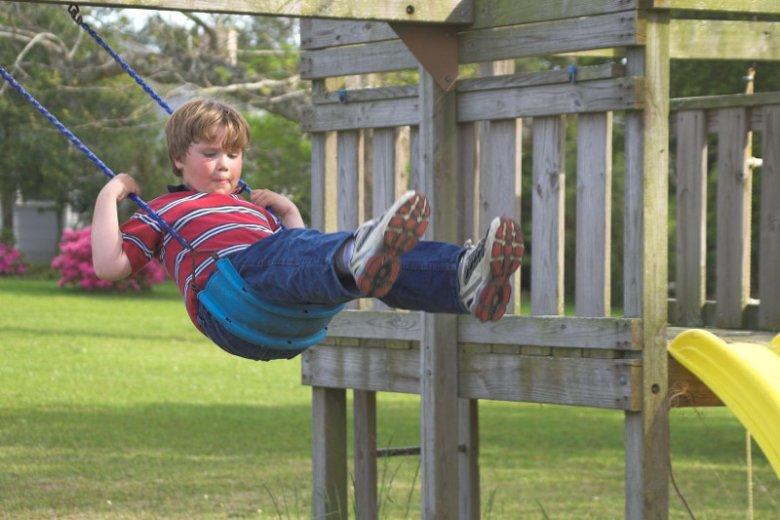 Zabawy na świeżym powietrzu wpływają na rozwój dziecka.