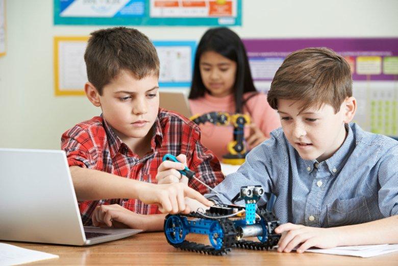 Rozwijająca umiejętność logicznego myślenia zabawa w konstruowanie poznaje dziecku poznać np. fascynujący świat robotów