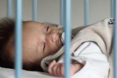 Pozycja na plecach jest jedyną prawidłową pozycją snu dla noworodków i niemowląt.