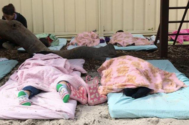 Dzieci śpią na zewnątrz również zimą.