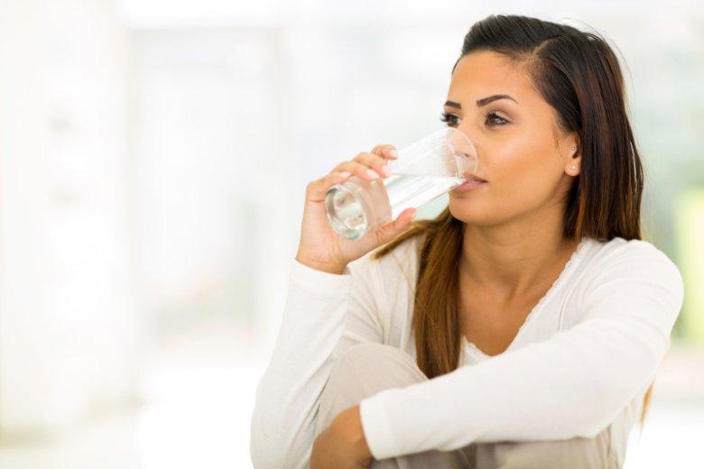 Wodę pijemy, zanim poczujemy pragnienie. Suchość w ustach to już bowiem sygnał, że dopadło nas odwodnienie