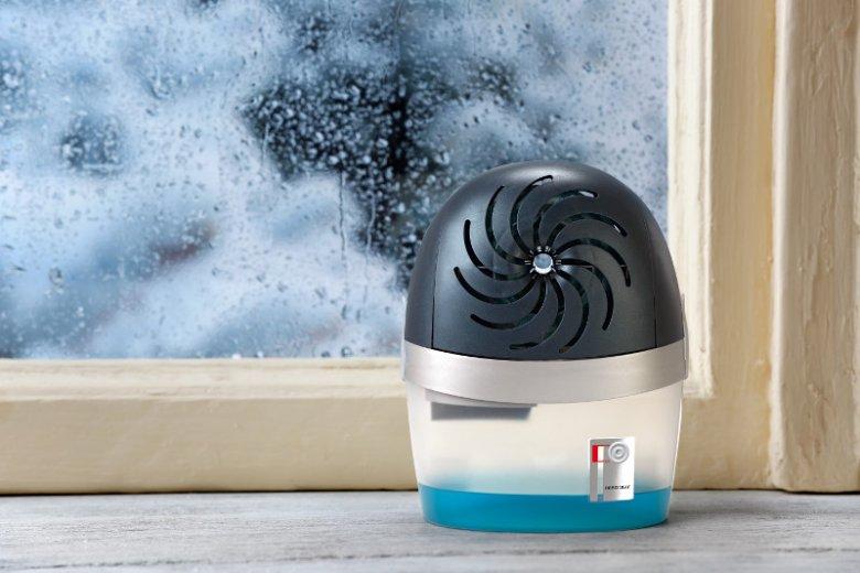 Pochłaniacz wilgoci tworzy w domu zdrowy klimat, przyczyniając się do ochrony domowników przed alergią. Na zdjęciu urządzenie Ceresit STOP Wilgoci Aero 360°, które do pracy nie wymaga ani prądu, ani baterii.