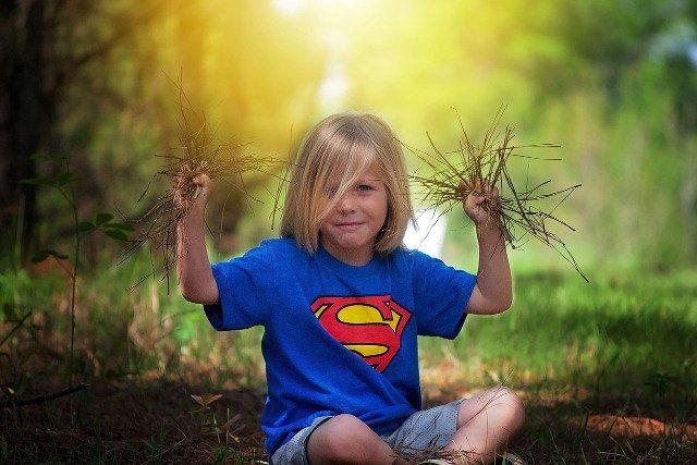 Fot. Pixabay /[url=http://pixabay.com/pl/ch%C5%82opiec-na-zewn%C4%85trz-posiedzenia-717177/]Greyerbaby[/url] / [url=http://bit.ly/CC0-PD]CC0 Public Domain[/url]