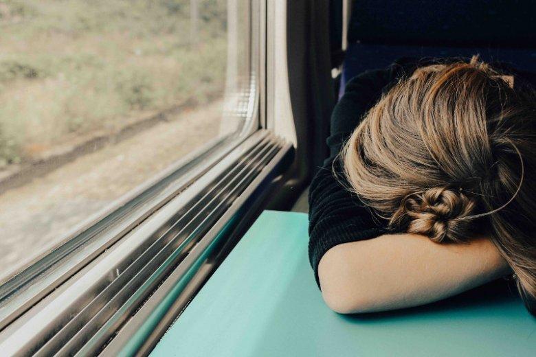 """Ciągłe """"pikanie"""" telefonu w pociągu, autobusie, tramwaju... Dla niektórych to bardzo uciążliwe"""