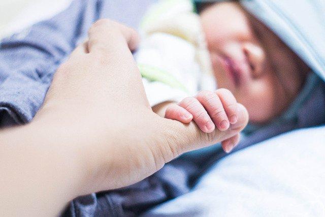 Fot. Pixabay / [url=https://pixabay.com/pl/dziecko-ojcostwo-dzieci-niemowlę-610449/]hepatocyte[/url] / [url=https://pixabay.com/pl/service/terms/#usage]CC0 Public Domain[/url]