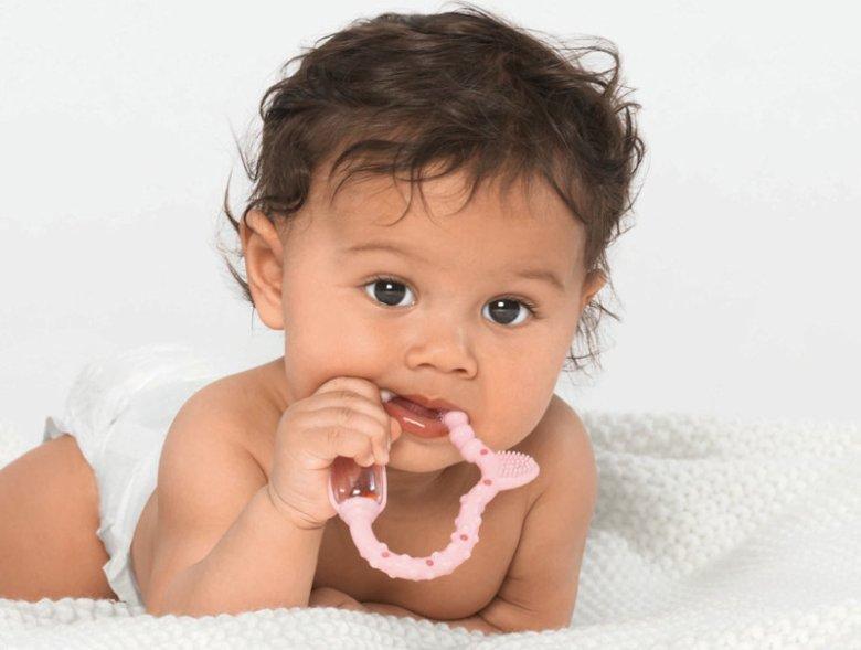 Biofunkcjonalny gryzak CURAPROX Baby wspomaga rozwój sensomotoryczny, a także łagodzi ból ząbkowania u malucha