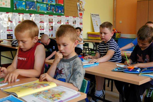 Teoretycznie dzieciom nie powinno się stawiać tradycyjnych stopni. Ale na sporządzanie ocen opisowych nauczyciele nie mają ani czasu ani chęci.