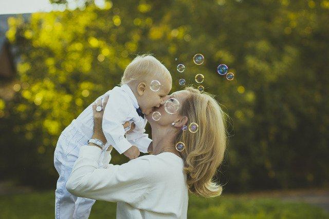 Fot. Pixabay / [url=https://pixabay.com/pl/szcz%C4%99%C5%9Bcie-dzieci-mama-sye-987394/]AnnaBricova[/url] / [url=https://pixabay.com/service/terms/#usage]CC0 Public Domain[/url]