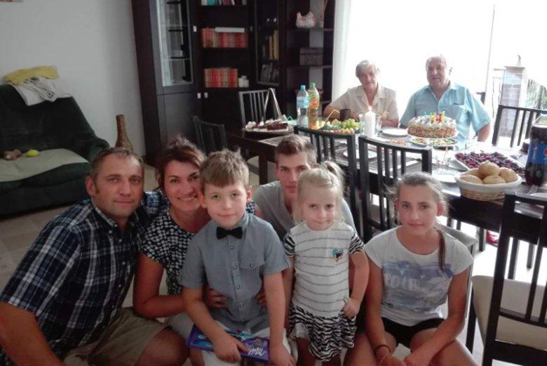 Pani Aneta Grabiec z mężem Romanem i czwórką dzieci: Aleksandrą, Antoniną, Jakubem i Ignacym. Jest jeszcze Maciej i Daniel, ale nie ma ich na zdjęciu