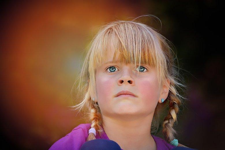 Fot. Pixabay/[url=https://pixabay.com/pl/osoby-cz%C5%82owiek-dziecko-dziewczyna-886208/]Pezibear[/url] / [url=  http://pixabay.com/pl/service/terms/#download_terms]CC O[/url]