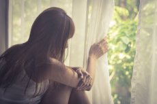 Fot. [url=http://www.shutterstock.com/pic-290172806/stock-photo-sad-girl-looking-out-of-window-vintage-filtered.html?src=csl_recent_image-1]Peerayot[/url]/Shutterstock