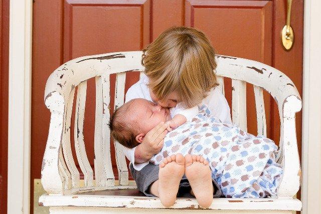 Fot. Pixabay/[url=http://pixabay.com/pl/bracia-ch%C5%82opc%C3%B3w-dla-dzieci-kochanie-457234/]sathyatripodi[/url] / [url=http://bit.ly/CC0-PD]CC0 Public Domain[/url]