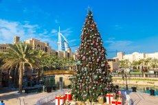 Coraz więcej turystów z Europy decyduje się na to, by spędzić Boże Narodzenie i Sylwestra w egzotycznych krajach. Na zdjęciu udekorowana choinka w Dubaju