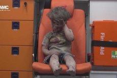 Syryjski chłopiec, który omal nie zginął w ataku. To wstrząsające zdjęcie obiegło cały świat. Fot. Youtube / [url=https://www.youtube.com/watch?v=7cfBmRW3isc&feature=youtu.be]AMC[/url]