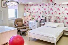 Nowa sala porodów naturalnych urządzona jest w ciepłym, romantycznym klimacie.