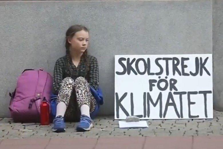 15-letnia Greta protestuje przed szwedzkim parlamentem przeciwko zmianom klimatu