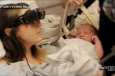 Niedowidząca kobieta po raz pierwszy zobaczyła swoje nowo narodzone dziecko