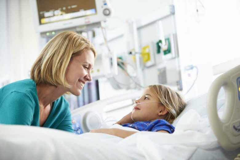 Rozwiązaniem, które pozwala połączyć możliwość pobytu w szpitalu z niższymi kosztami za szpitalne łóżko dla rodzica, jest polisa