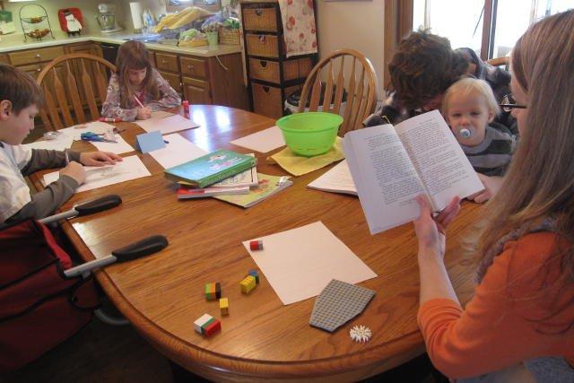 Są rodzice, którzy wolą uczyć dziecko w domu, bo uważają, że zajmą się nim lepiej niż szkoła
