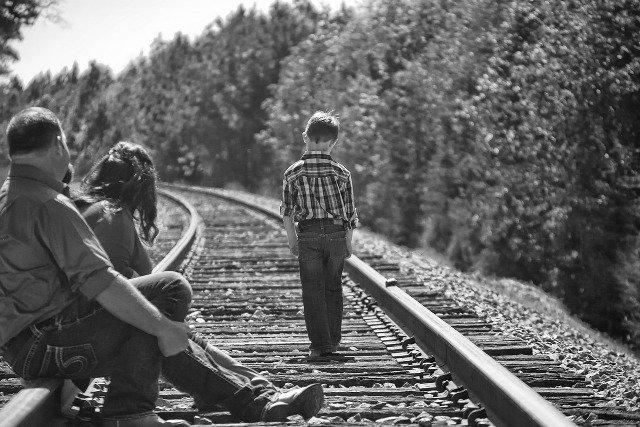 Fot. Pixabay / [url=http://pixabay.com/en/boy-parents-walking-railroad-tracks-477010/]Greyerbaby[/url] / [url=http://pixabay.com/en/service/terms/#download_terms]CC0 Public Domain[/url]