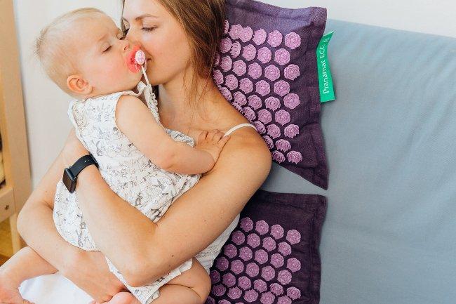Poduszka dla kobiet niweluje uczucie bólu pleców.