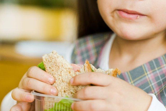 Gdy czasu jest mało, dzieci najczęściej odpuszczają jedzenie warzyw i owoców.