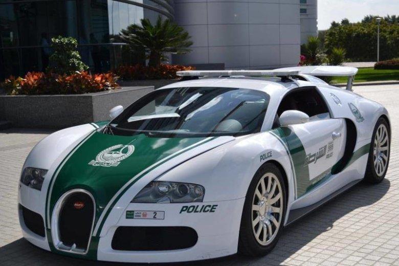 Dubajscy policjanci patrolują miasto w pojazdach luksusowych marek