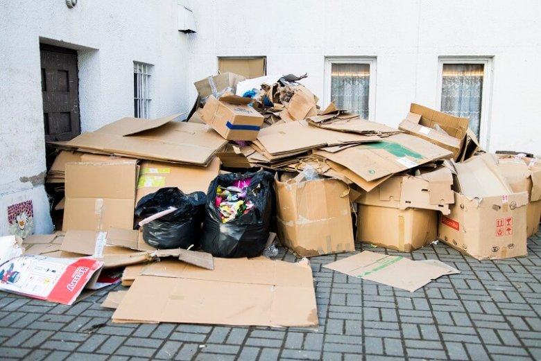 Zabawki i dary przekazywane potrzebującym trafiły do kosza na śmieci.