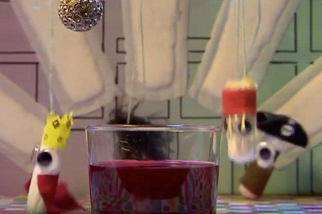 Szalone tampony, niczym teatralne kukiełki, swoim występem oswajają dzieci i młodzież z menstruacją