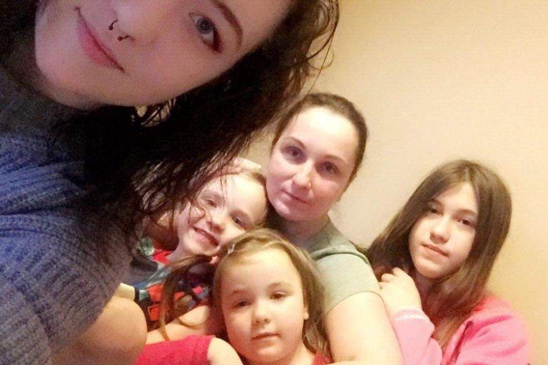 Irmina Wojtysiak z córkami: Darią, Sylwią, Emmą i Paulą. Mąż jest obecnie na wyjeździe