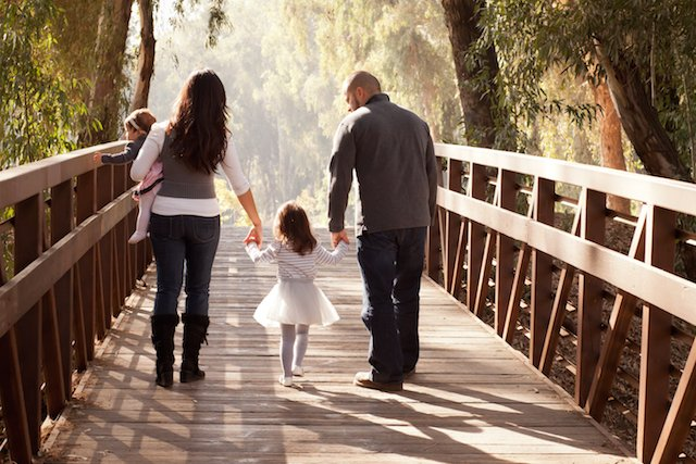 Fot. [url=http://www.shutterstock.com/pic-162757187/stock-photo-happy-family-walking-away-towards-a-forest-on-an-old-wooden-bridge-mother-father-two-daughters.html?src=7gJcBLzl3evStR-TBS0joQ-3-46] Vezani Photography[/url]/Shutterstock