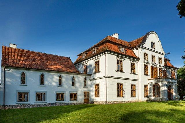Odrestaurowany, zabytkowy pałacyk w gospodarstwie w Podągach