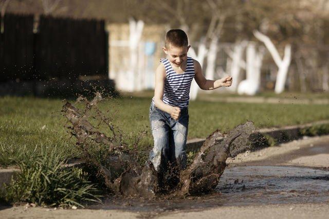 Zdaniem naukowców lepiej, gdy dziecko jest trochę za brudne, niż zbyt czyste