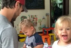 Enrique Iglesias pokazał, jak bawi się z dziećmi. Fani prześcigają się w porównaniach, do kogo bardziej podobne są bliźnięta