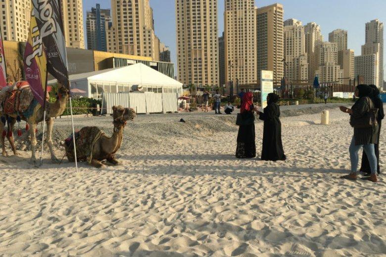 Mieszkanki Dubaju w tradycyjnych muzułmańskich strojach na jednej z dubajskich plaż