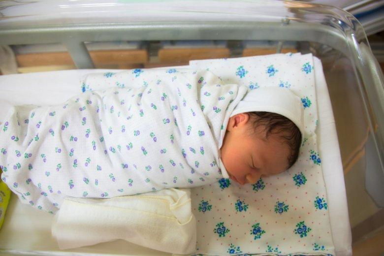 Zgodnie z obecnymi przepisami w akcie urodzenia musi być nazwisko ojca, nawet jeśli urodziło się dzięki in vitro, a dawca jest anonimowy.