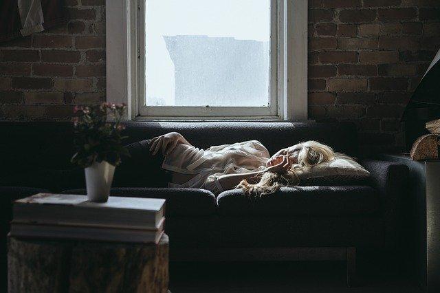 Fot. Pixabay / [url=https://pixabay.com/en/woman-sleeping-sofa-home-relaxing-918981/]Unsplash[/url] / [url=https://pixabay.com/en/service/terms/#usage]CC0 Public Domain[/url]