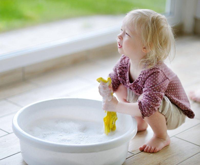 Nawet maluch, może uczyć się pierwszych obowiązków domowych