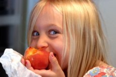 Uczniowie w sklepikach szkolnych w Łodzi mogą kupować owoce za grosze