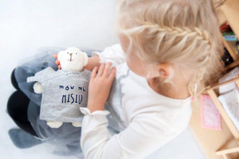 Pluszowa zabawka to symbol dobra, ciepła i opiekuńczości.
