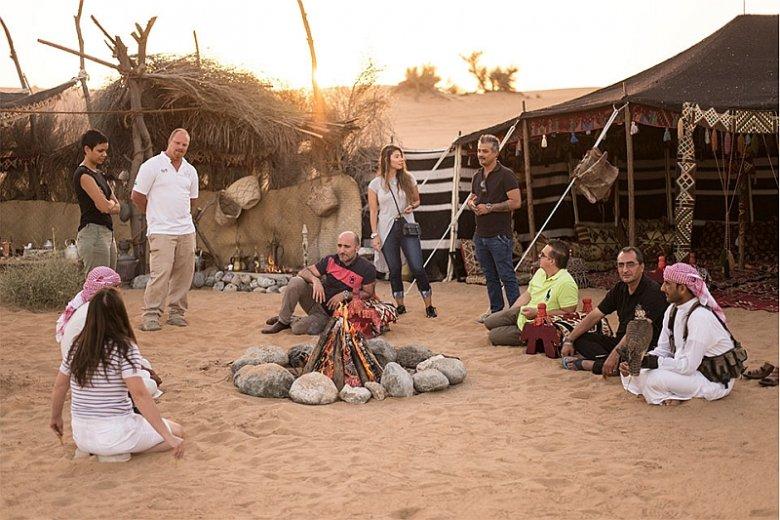 Kemping na pustyni Dubaju to okazja, by skosztować tradycyjnych arabskich potraw, obejrzeć pokaz sokołów czy podziwiać kolorowy taniec tanoura