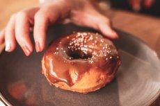 """Pączek to sam cukier i tłuszcz, ale """"raz na ruski rok"""" szczególnie nam nie zaszkodzi. Nawet jeśli karmimy piersią"""