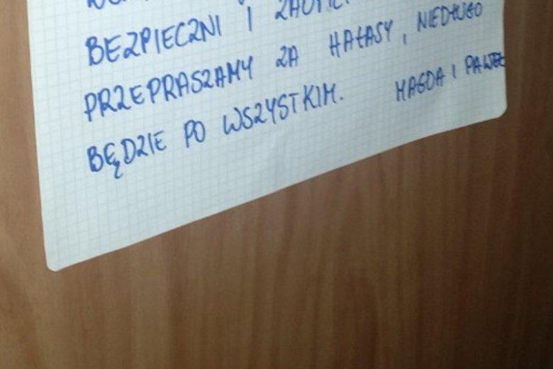 Taka notatka pojawiła się na drzwiach mieszkania, w którym odbywał się poród domowy