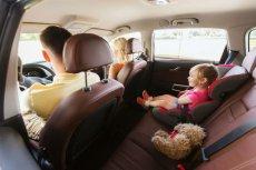 Dziecko zawsze powinno być przewożone w foteliku samochodowym.
