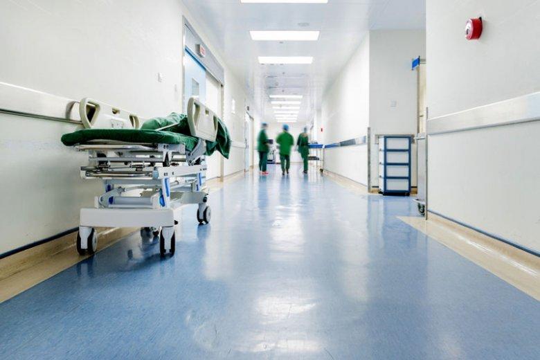 Niewinna zabawa z dzieckiem skończyła się wizytą w szpitalu.