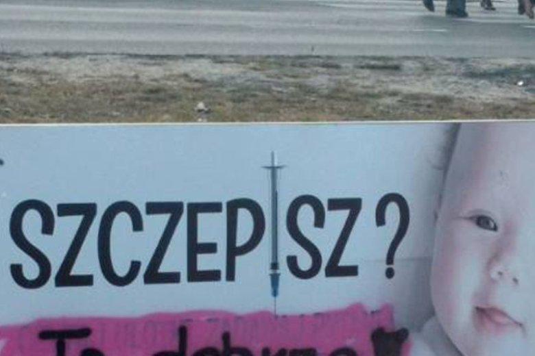 Baner w Łodzi zniszczony, zwolennik szczepień postanowił wprowadzić drobne poprawki na plakacie antyszczepionkowców.
