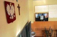 Tablice z Dekalogiem zawisły przy drzwiach wejściowych do pięciu szkół.