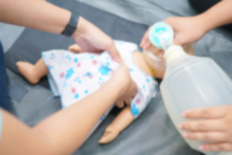 Jak udzielić pierwszej pomocy w sytuacji, gdy niemowlę jest w stanie wymagającym podjęcia resuscytacji?