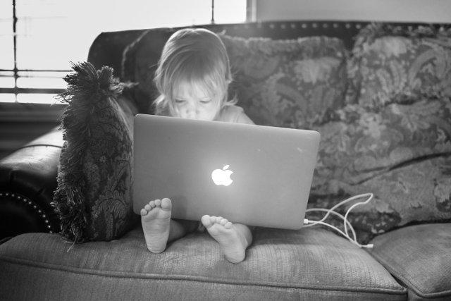 """""""Nie można posadzić dziecka przed ekranem i oczekiwać, że rozwinie dzięki temu umiejętność długiej koncentracji uwagi. Mózg wpatrzony w ekran jest jak w letargu, nie uczy się logicznego myślenia"""""""